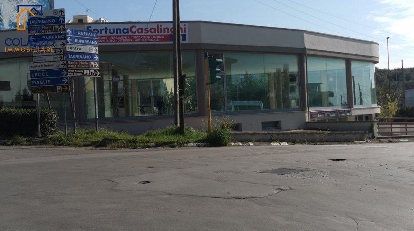 Vista strada semaforo locale commerciale Casarano